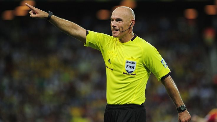 Referee Howard Webb gestures during the FIFA Confederations Cup Brazil 2013 Semi Final match between Spain and Italy at Castelao on June 27, 2013 in Fortaleza, Brazil. (Photo by Shaun Botterill - FIFA/FIFA via Getty Images)