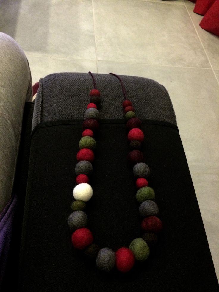 Collana con palline di feltro