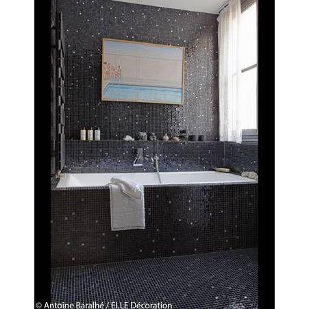 Une salle de bains design avec un coffrage de baignoire similaire au revetement de la piece