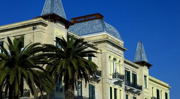 Ποσειδώνιο. Για περισσότερο από έναν αιώνα το «Poseidonion Grand Hotel» βρίσκεται στο κέντρο της κοινωνικής, πολιτιστικής και επαγγελματικής ζωής των Σπετσών. Χτισμένο