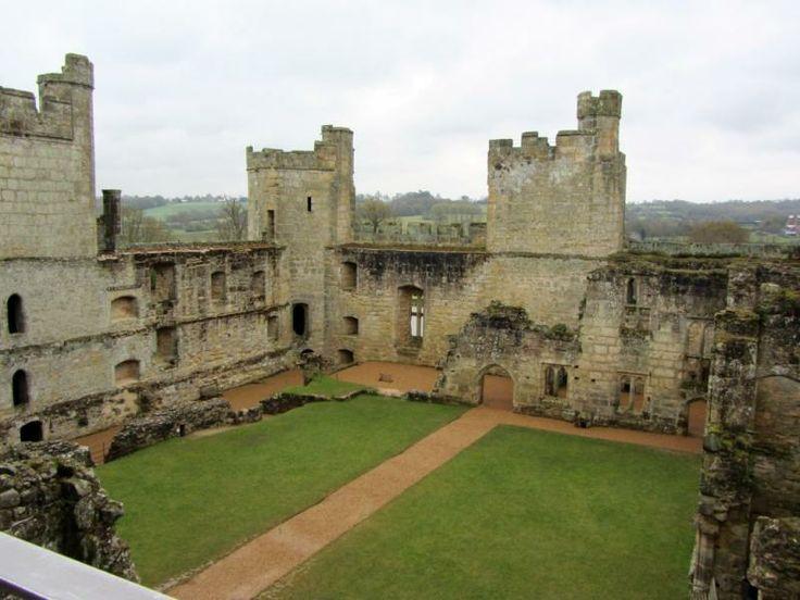 """В 1644 году замок Бодиам был продан республиканцу, Натаниэлу Пауэллу. После его смерти замок был перешёл к его сыну, тоже Натаниэлу. В 1722 году замок был куплен Томасом Вебстером. На протяжении века замок был связан с семьей Вебстеров. Следующим владельцем замка стал """"сумасшедший Джек"""" Фуллер, эсквайр из Брайтлинга."""