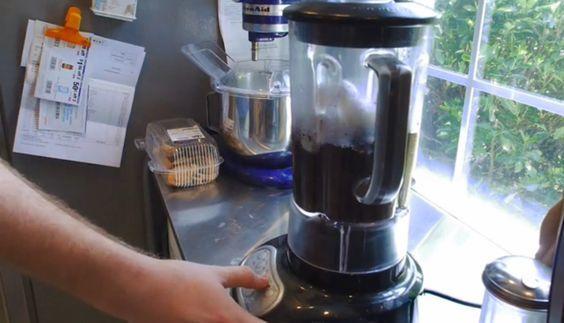 Ze doet eierschalen en koffieprut in een blender, het effect is geweldig! Dit moet je zien!