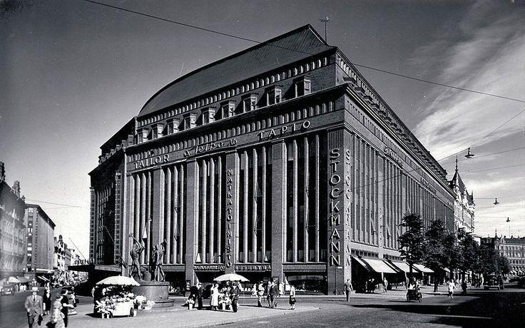 Stockmann Helsinki vuonna 1938 (Sigurd Frosterus, 1930)  - Aleksanterinkadun ja Mannerheimintien kulmaan rakennetetusta nykyisestä Stockmannin tavaratalosta tuli Stockmann-yhtiön päämaja 1930. Stockmann osti Akateemisen kirjakaupan 1930. Suomen ensimmäinen julkinen TV-lähetys tapahtui Stockmannin Helsingin tavaratalossa 18.11.1950.
