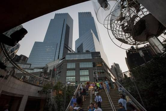 Online retailing giant Amazon.com Inc. plans to open its first NewYork City bookstore in Manhattan's Time Warner Center, the companysaid.