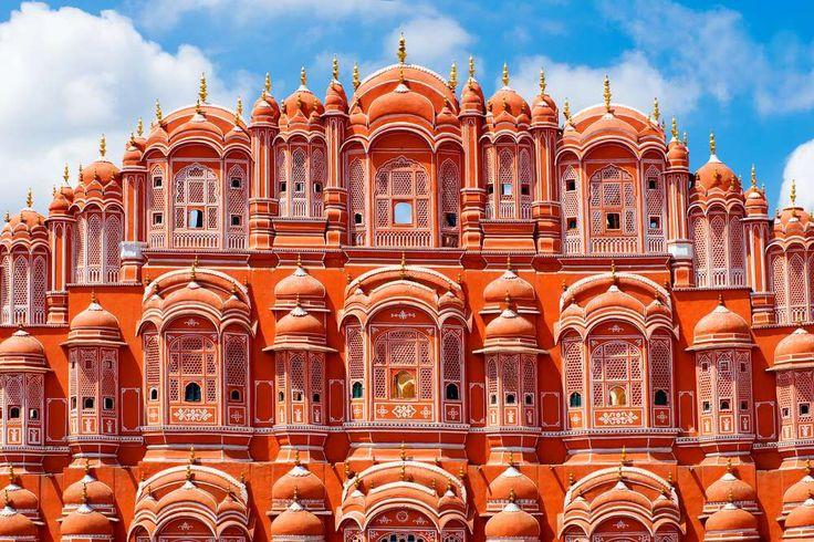 Hawa Mahal (também conhecido como Palácio dos Ventos), em Jaipur, capital do estado do Rajastão, Índia. O Palácio dos Ventos foi erguido no século XVIII em homenagem ao deus Krishna.  Fotografia: Shutterstock.