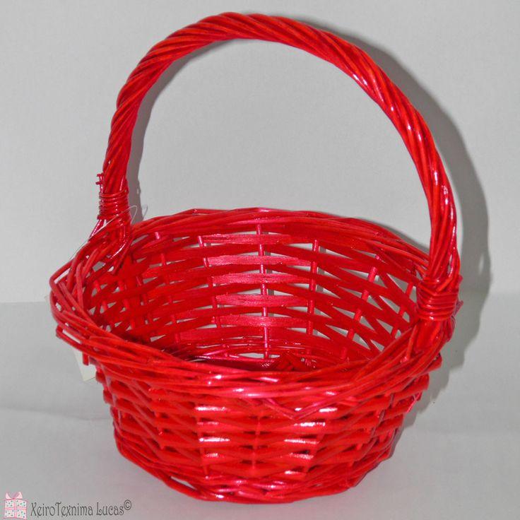 Καλάθι ψάθινο με χέρι σε κόκκινο χρώμα ιδανικό για Πασχαλινή διακόσμηση και συσκευασία. Red round basket with handle for packaging and Easter decoration.