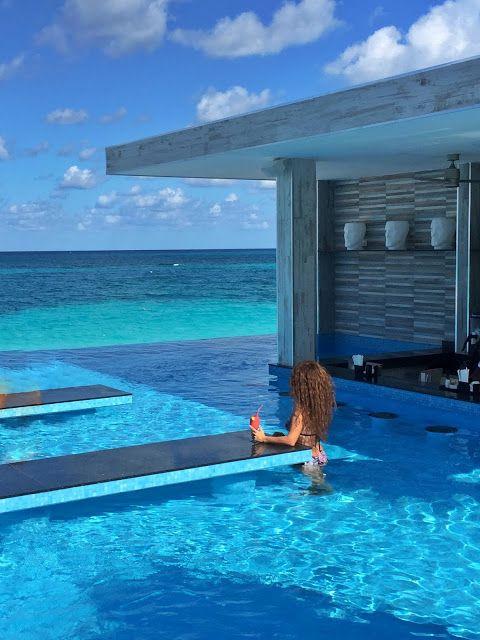Riu Palace Paradise Island hotel at the Bahamas - Swim-up bar