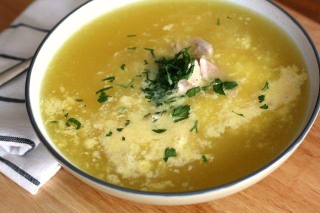 Sopa griega de arroz y pollo aromatizada con limón y huevo