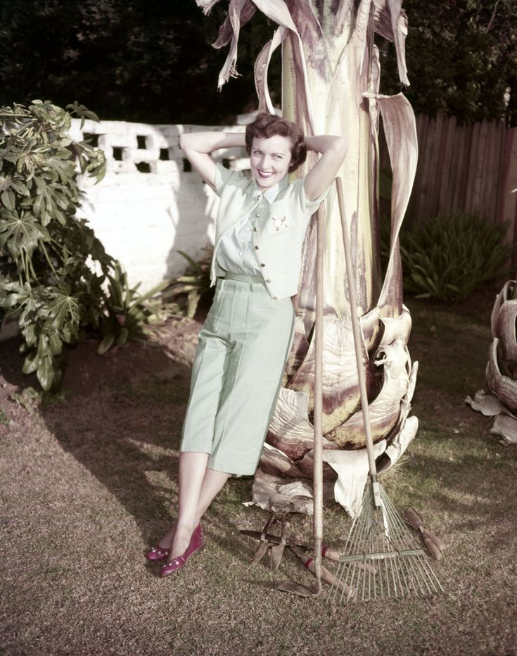 Betty White's Home In The 1950s Had Style, Plenty Of Dogs (VINTAGE PHOTOS)