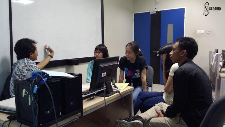 Tim schema production lagi konsultasi lohh sama Mas Yosep Anggi Noen, salah satu filmmaker kelas dunia dan dosen di kampus kami, Universitas Multimedia Nusantara