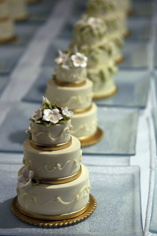 mini cakes - Very Nice!!! Individual cakes for each guest to enjoy