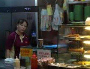 Lee berkongsi pengalamannya yang tidak memuaskan dengan seorang pembantu gerai di sebuah gerai dim sum di Yishun Blok 925. Insiden ini berlaku pada March 3, 2014. Lee bertanya kepada pembantu gerai yang merupakan seorang perempuan warga China dengan sopan samaada makanan didalam alamari kaca itu masih panas untuk dimakan . Pembantu gerai itu tidak menghiraukan […]