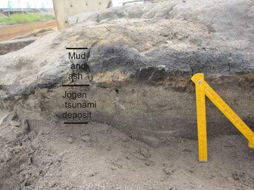 La roca sedimentaria de un tsunami que golpeó Japón en el  859. EC  También produjo la roca sedimentaria cerca de 20-30 centímetros grueso.  Tomado de Web site Geológico Británico de Investigación