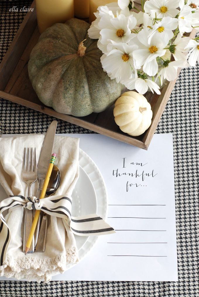 I love this Thanksgiving tablescape! Free printable placemats, too!