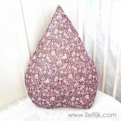 Dit schattige drupje maakt een kinderkamer helemaal af!  Het kussen is gemaakt van een zachte synthetische stof met kleine bloemenprint en heeft er dromerige gesloten oogjes en een mondje op, genaaid met roze katoendraad. Verkrijgbaar op www.lieflijk.com