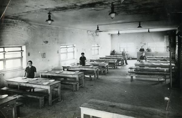 Mostra fotografica itinerante sulle donne tra antichi mestieri e nuovi rischi - Liguria Momenti della refezione scolastica nelle scuole di Migliarina. 1935 circa