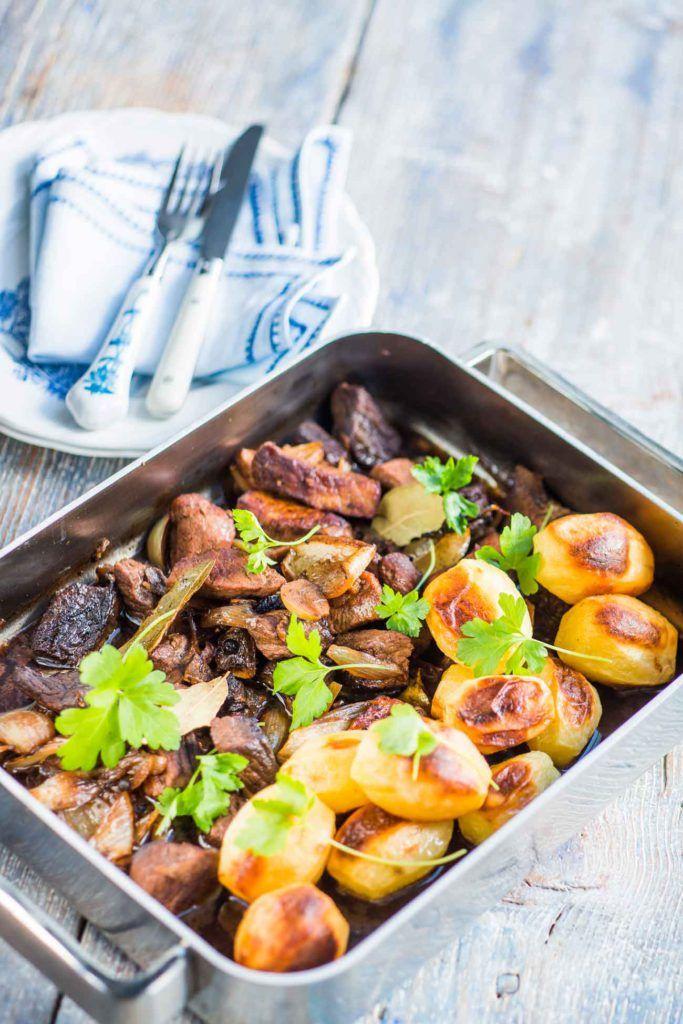 Tässä ihana kiireettömän sunnuntain resepti: Lihapata ja perunat hautuvat uunissa lähes itsekseen.