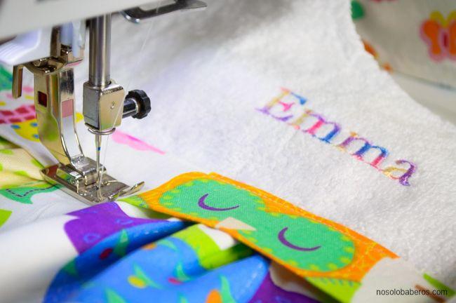Estamos bordando los últimos detalles de un babero nuevo y se llama Emma. So lovely! #babero  #hechoamano #mibaberofavorito #bib
