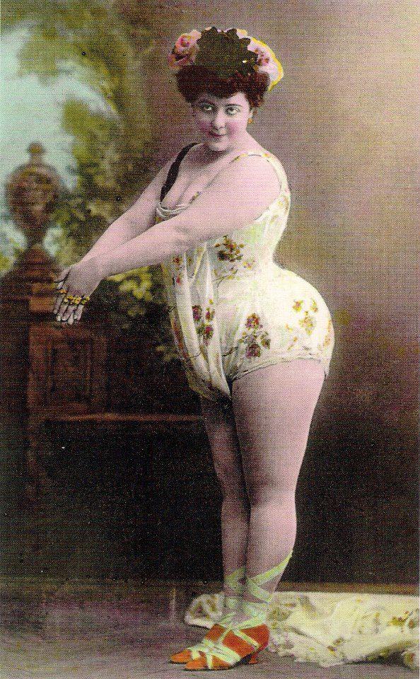 La gran Vedette sevillana Carmen Fernández, foto-postal anónima de 1897, el año de mayor gloria artística de la susodicha. Sus medidas (140-120-200) rozaban entonces la perfección y su estilo era único e irrepetible...
