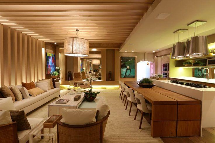 Adriana Consulin e Izilda Moraes, Home Gourmet. Aliando design à funcionalidade, o Home Gourmet inclui cozinha e sala de visitas. O espaço é integrado por meio das cores, materiais e revestimentos. Peças de design e obras de arte de artistas renomados também compõem o ambiente.