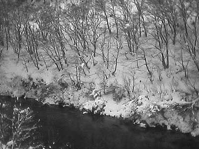 小さな鉄橋から見下ろす、雪の森を流れる川。刻々と変化し続ける車窓。[2004/1 長沢駅~瀬見温泉駅 JR陸羽東線3132D快速湯けむり小牛田行 車窓]© 2010 風旅記(M.M.) 風旅記以外への転載はできません...