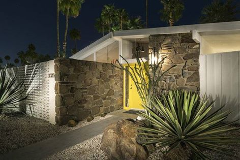 Mid-century houses in Palm Springs have always something special.  Palmer & Krisel Pad in Palm Springs. See more clicking on the image.
