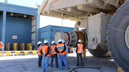 El difícil recambio de neumáticos en la minería http://www.revistatecnicosmineros.com/noticias/el-dificil-recambio-de-neumaticos-en-la-mineria