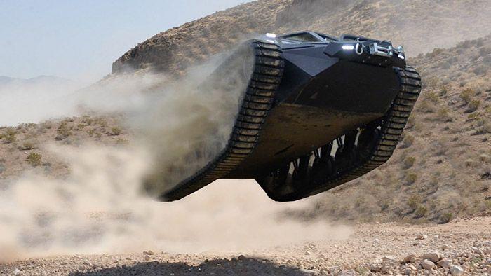 Ripsaw EV2 je luxusní offroadové vozidlo připomínající tank
