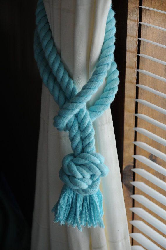 Hecho a mano Hice estos cortina náutica tie backs con cuerda de algodón de 1/2 pulgada de diámetro. Es aqua en color. Puedo hacerlas como usted necesita, encontrar que un bucle de 20 pulgadas funciona mejor en la mayoría de cortinas, no demasiado apretado y no muy suelta. Si necesitas más solo me avisan. Este es un pedazo de cuerda con un nudo de ocho al final, lo acaba de poner el lazo alrededor de la parte de atrás de las cortinas y luego pongas el lazo alrededor del nudo y se completa...