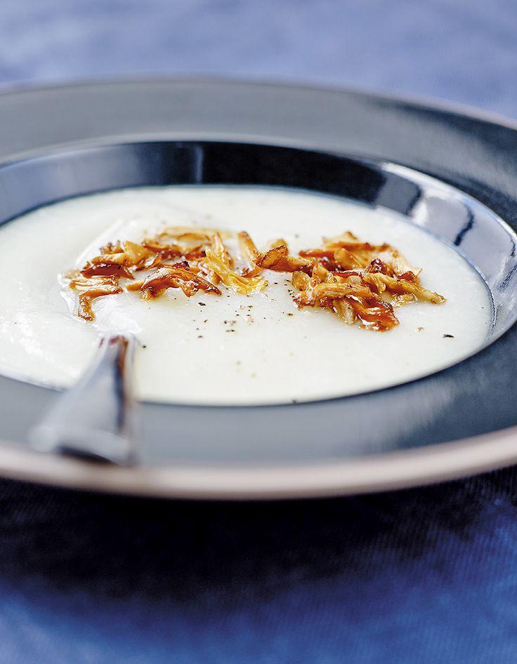 Recette Soupe de panais et chou-fleur aux girolles : Pelez les panais, lavez-les et coupez-les en dés.Découpez le chou-fleur en fleurettes.Portez à ébulliti...