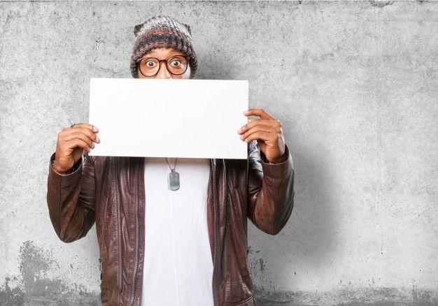 Hombre con un papel blanco Foto Gratis