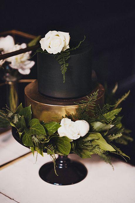 Black and gold wedding cake | Black & Gold Wedding Inspiration: Colour Ideas