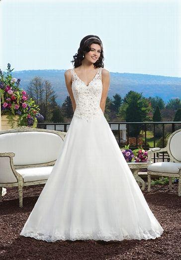 Elfenbeinfarbenes A-Linien Brautkleid mit transparentem und mit Perlen besetzter Spitze verziertem Rücken und einem V-Ausschnitt sowie einer mit Spitze verzierten Corsage - von Sincerity