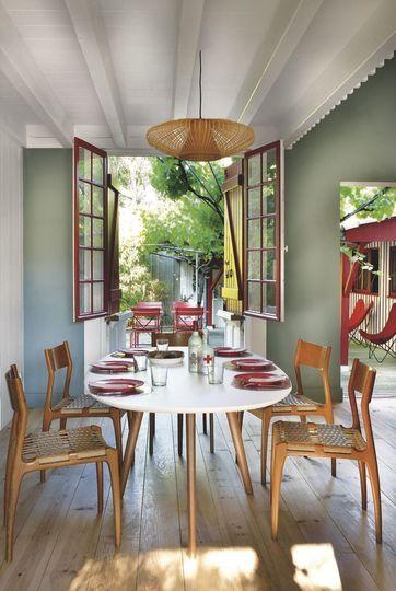 Une salle à manger inspirée du style scandinave située face à la terrasse. Plus de photos sur Côté Maison http://petitlien.fr/7fce