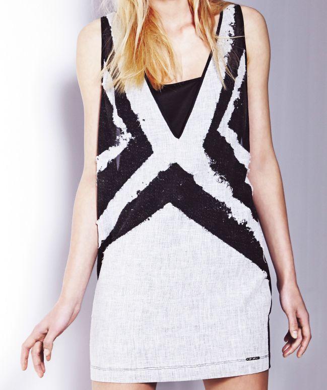 Lniana, surowa sukienka z graficznym wzorem