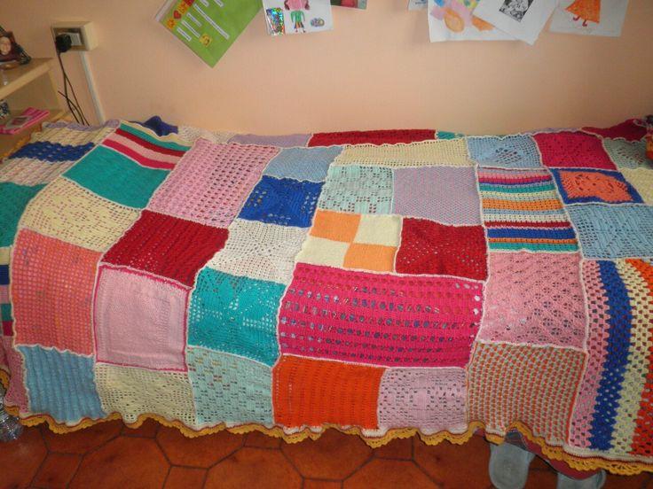 copriletto multicolore a uncinetto e ferri