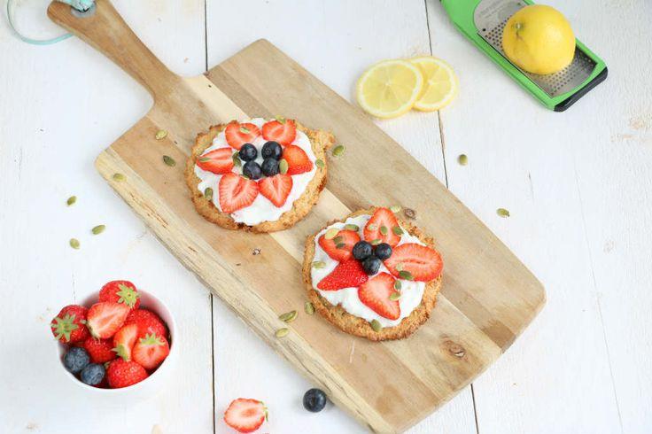 De havermout banaan koekjes zijn een grote hit. Stel je zo'n koekje voor maar dan groter belegt met yoghurt en fruit. Yes een havermout ontbijt pizza.