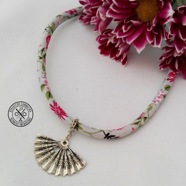Choker legyezőmedállal - 1890 Ft  Virágos textilpánton antikolt ezüstszínű legyezőmedál. Vízparti nyaraláson, fesztiválon remek kiegészítő lehet. A nyaklánc hossza: 37 cm (+ 7,5 cm-rel hosszabbítható)