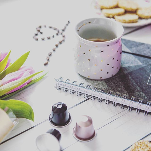 Kawka pracka squashyk zakupki piąteczek.  I weekendzik.  Ostatnie tygodnie lecą mi jak szalone co chwilę piątek! W dni wolne staram się organizować sobie czas pół na pół - jeden dzień aktywnie drugi w piżamie spędzony na sofie. Tak najbardziej mi pasuje. Jestem ciekawa czy Ty #teamsofa czy #teamspacer w dni wolne?  . . . #coffeelover #coffeetime #tulips #springiscoming #mug #coffee