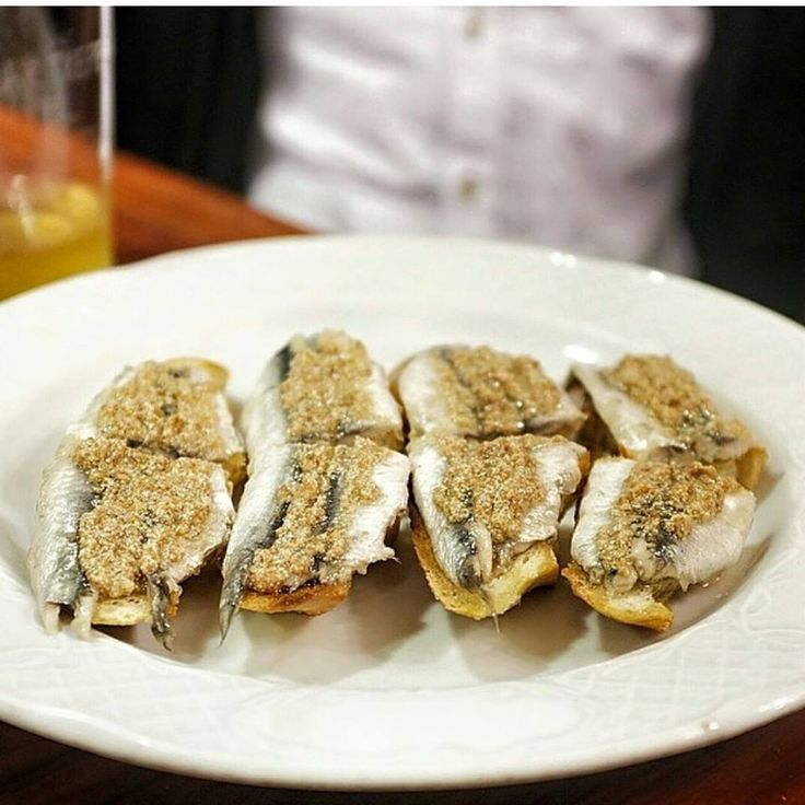 Placeres de la vida!! Salir de #pintxos un domingo por #donostia #miniature #culinary #art #anchovies #delicious #basquecountry #paisvasco #sansebastian #pinchos