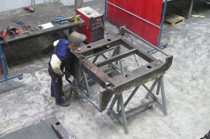 Herrero manipulando una estructura metálica para fabricar un producto de calderería.  #hierro   #acero #inoxidable  #taller  #gipuzkoa  #hernani  #donostia  #fotografías