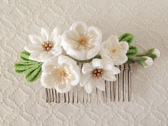 〈つまみ細工〉梅と小菊のコーム(白)|ヘアアクセサリー|PAPER MOON|ハンドメイド通販・販売のCreema