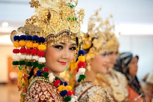 The gilded costume of South Sumatran Gending Sriwijaya dance invoked the splendor of Srivijaya empire.