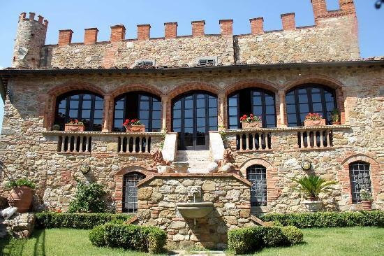 That's it!  Gonna have to find Prince Charming and marry him so I can live in this castle;-)  Castelletto di Montebenichi: La salle de petit déjeuner
