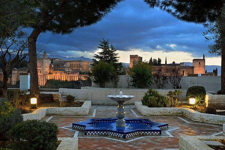 La Alhambra de Granada desde una fuente en el Albaicín - Viajar por España desde tu casa. Los mejores sitios