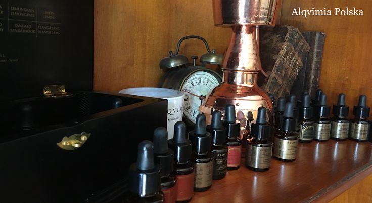 Olejki eteryczne Alqvimia są pozyskiwane z roślin leczniczych biologicznie skontrolowanych, są to substancje eteryczne, działające prozdrowotnie posiadają  właściwości kosmetyczne, duchowe, emocjonalne i coraz częściej zdrowotne stosowane w medycynie.