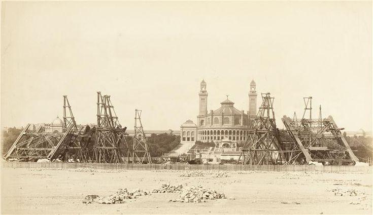 Paris Août 1887, les 4 piliers de la Tour Eiffel devant l'ancien Palais du Trocadéro