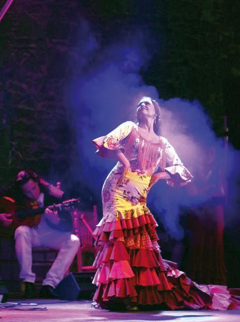La Cati con vestido de ¡toma que toma!  Foto: Klaus Handner #flamenco #tomaquetoma #batadecola