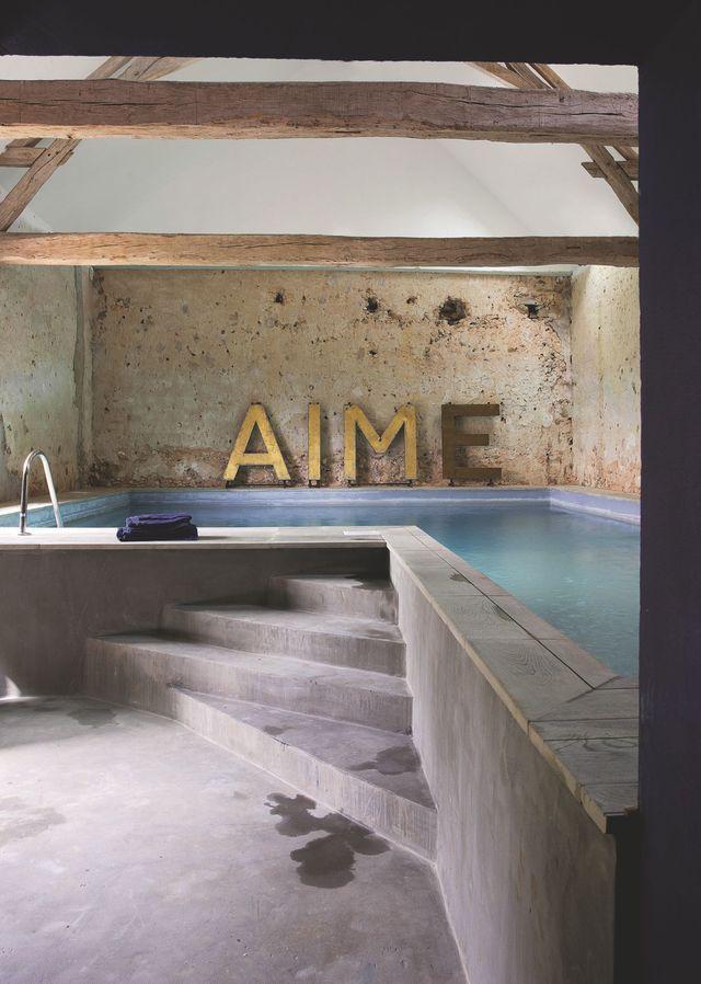 Une grange transformée en piscine dans la maison de campagne d'Amanda Sthers. Plus de photos sur Côté Maison : http://bit.ly/1IZRcNc