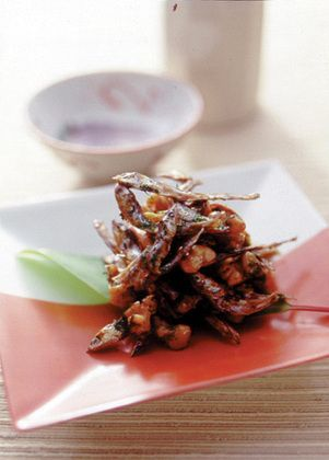 かたくちいわしの稚魚を干したごまめは、豊作を祝う縁起もの。くるみといっしょに香ばしさを味わって。